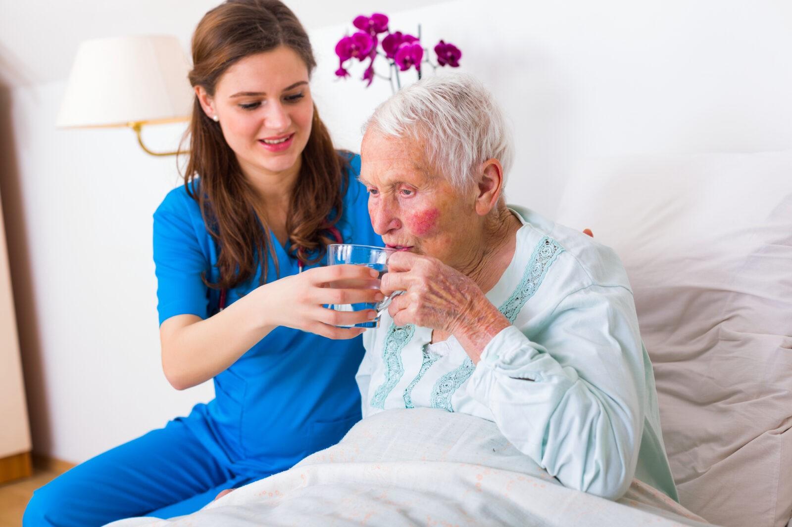 сиделка ухаживает за пожилой женщиной